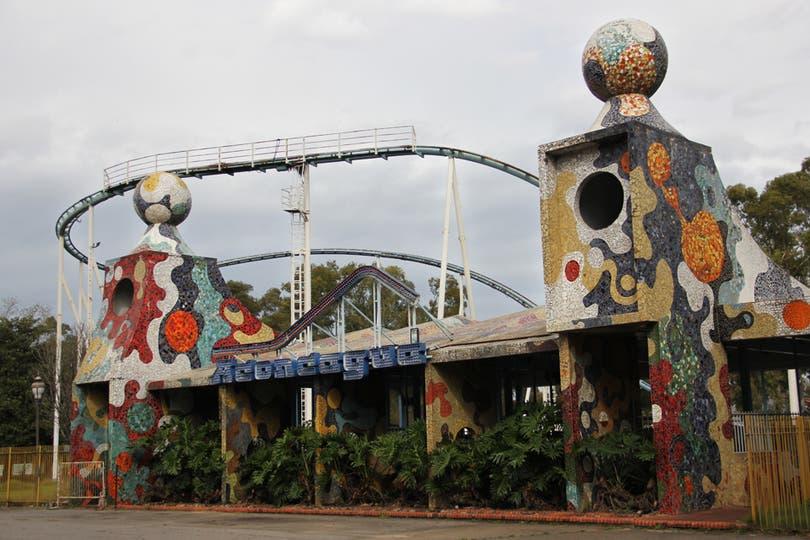 La entrada del Aconcagua, entre colores y palmeras; el juego es alemán y los carritos alcanzaban una velocidad de 93 km/h. Foto: LA NACION / Mauricio Giambartolomei