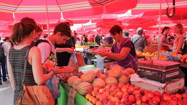 Uno de los puestos del Mercado Dolac, que funciona desde 1930. Abre de lunes a sábado, de 7 a 14, y los domingos hasta las 13. Cientos de productores regionales ofrecen frutas, verduras y quesos; los lugareños aconsejan comprar después del mediodía, cuando se consiguen los mejores precios