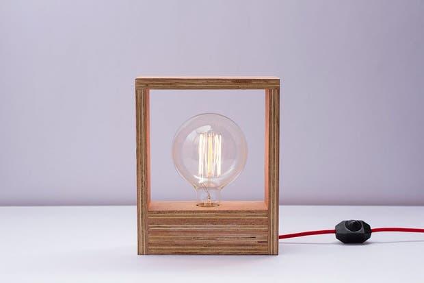 Matilda es un diseño con estructura de madera, bombita de filamento y cable rojo (Fiumine).  Foto:Living