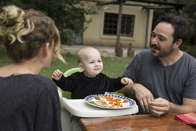 Fermín Bertolone, de un año y un mes, logró incorporar las verduras a su dieta gracias a la insistencia de sus padres