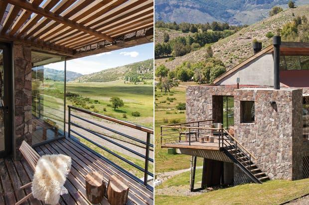 La cocina y el comedor tienen salida directa a una terraza con deck donde se ubica la parrilla revestida en piedra y protegida con una pérgola de madera que filtra el sol sin bloquearlo..