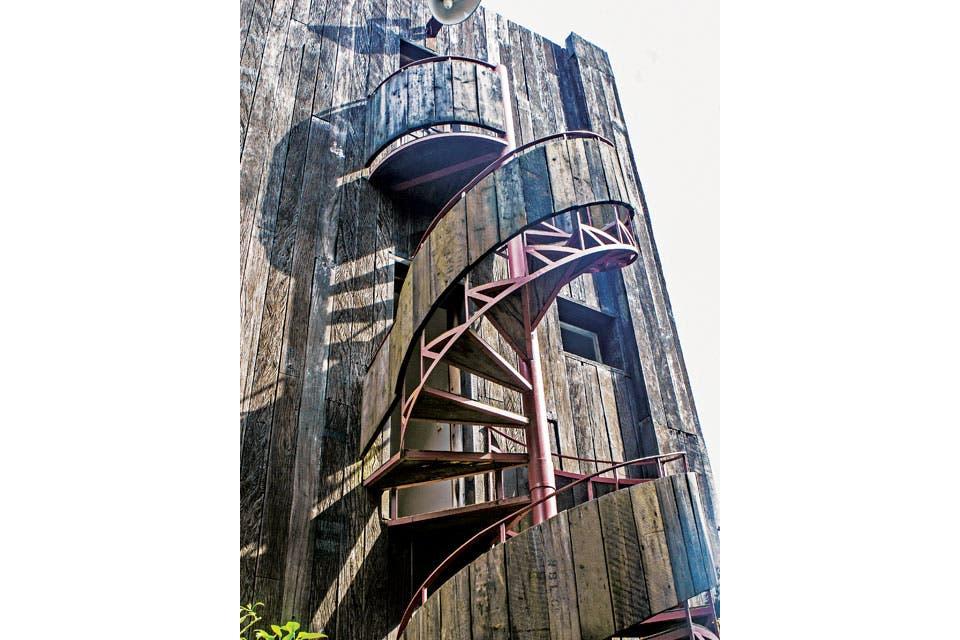 """La torre que Pablo construyó está totalmente forrada en tablas de lapacho, y sus puertas alguna vez fueron de un calabozo. """"Siempre quise tener un jardín inglés. Y, aunque hasta el momento no lo he logrado, la enredadera que cubre las paredes es parte de ese proyecto"""".  Foto:Living /Santiago Ciuffo"""