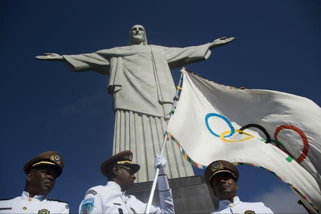 La bandera olímpica en el Cristo Redentor