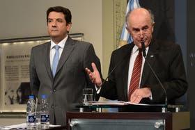 Parrilli junto a Mena, de la AFI, en la conferencia de prensa en Casa de Gobierno