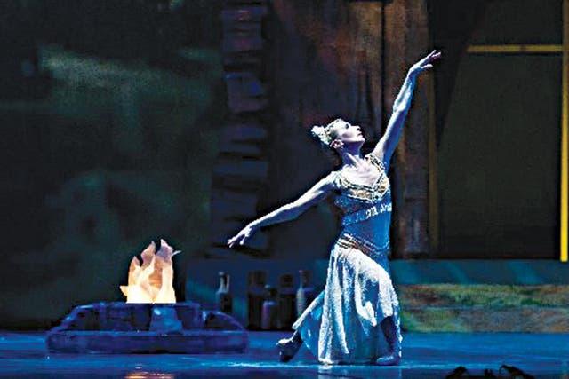 Al final: la bayadera. Estoy agradecida con mi físico. Tengo algo especial. No es normal que a mi edad y después de 20 sin bailar un clásico completo, pueda hacerlo con menos de un mes de ensayo.La última función, con el Ballet del Teatro Argentino de la Plata, es hoy, a las 18, en el Luna Park.