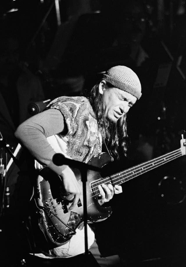 Jaco y su legendario Bass of Doom, el Fender Jass Bass modelo 62 al que le quitó los trastes (con un cuchillo) para lograr un sonido similar al del contrabajo
