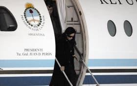 Cristina Fernández bajando del Tango 01 en uno de sus últimos viajes al Sur