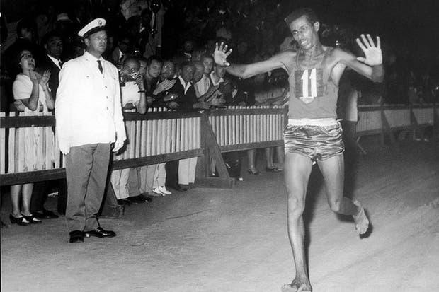 Abebe Bilkila corrió descalzo en Roma 1960