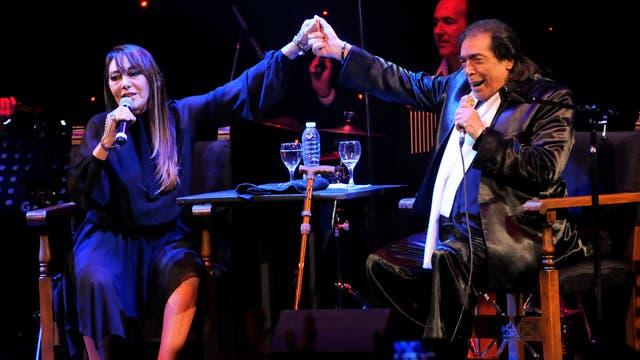 Adriana Valera junto a Cacho Castaña, sobre el escenario del teatro Maipo