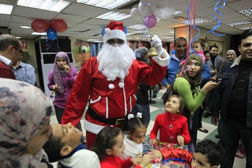 Papá Noel visitó restaurantes de El Cairo (Egipto) para repartir regalos entre los niños. Foto: AFP