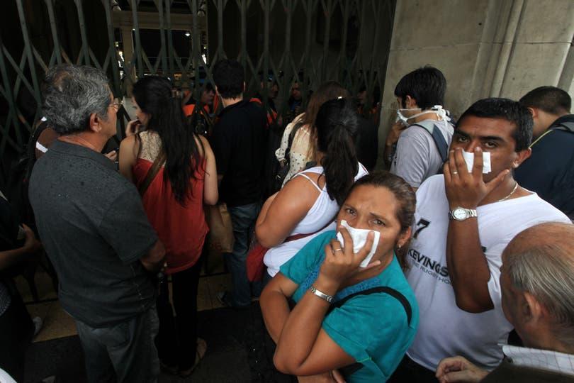 Los servicios de trenes y subtes fueron suspendidos, varias personas esperan en la estación de retiro. Foto: LA NACION / Silvana Colombo