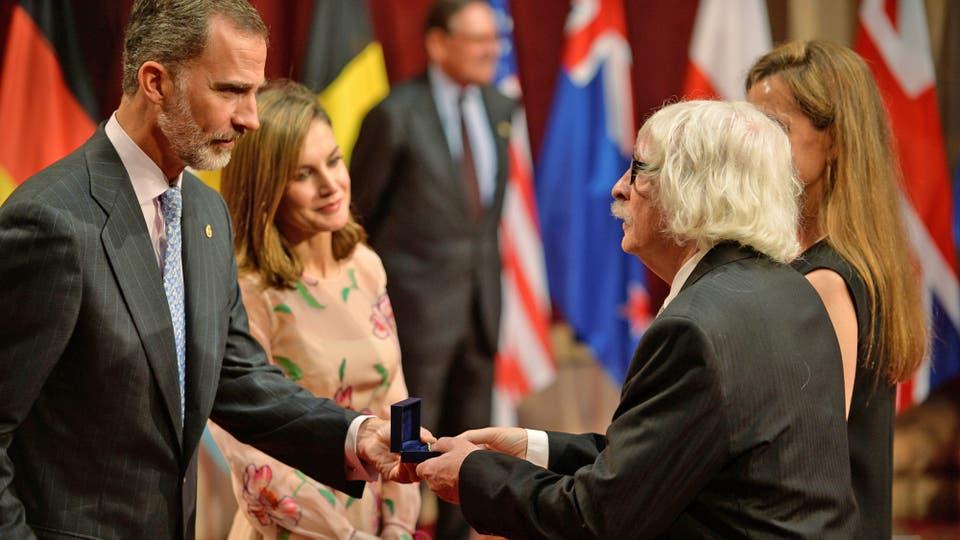 El rey Felipe y la reina Letizia entregan una medalla a Carlos Lopez Puccio de Les Luthiers