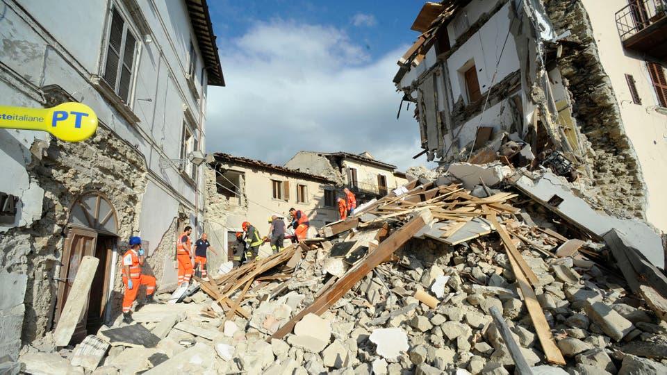 Los rescatistas trabajan sin descanso. Foto: AP / Sandro Perozzi