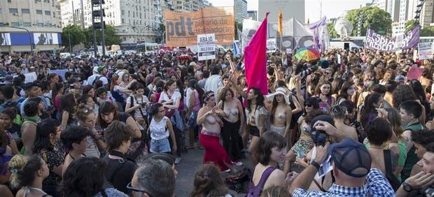 Las mujeres que se manifestaron tuvieron que organizarse para evitar a los varones que, en lugar de solidarizarse, fueron a mirar de qué se trataba