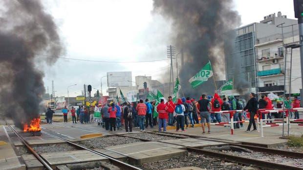 Tercerizados cortan las vías del Ferrocarril Sarmiento