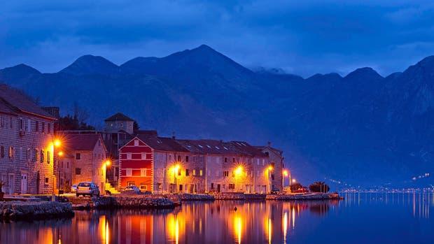 Kotor, de noche, sobre el Adriático