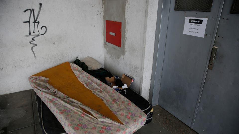 En el galpón donde funcionará la escuela provisoriamente, hay colchones en la puerta, grafitis en todas las paredes y los techos están desprendidos. Foto: LA NACION / Fabián Marelli