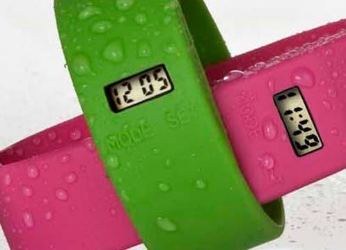 Relojes Too late, realizados en silicona de una sola pieza de colores divertidos ($120, en joyerías, relojerías, locales de ropa). Foto: lanacion.com