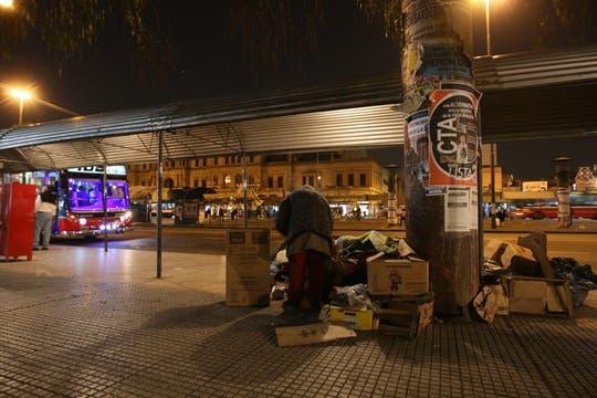 La plaza ubicada frente a la estación de trenes alberga a vendedores, vagos y cartoneros durante todo el día. Foto: LA NACION / Fabián Marelli