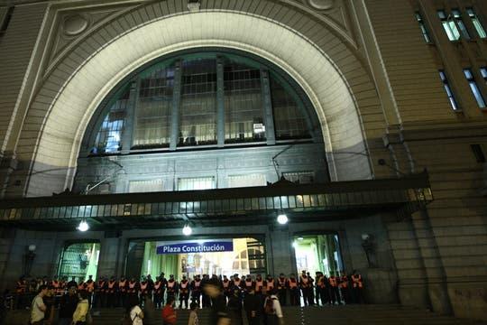 Más trade los militantes marcharon hacia la estación Constitución, donde un grupo de efectivos policiales impidieron su ingreso. Foto: LA NACION / Emiliano Lasalvia