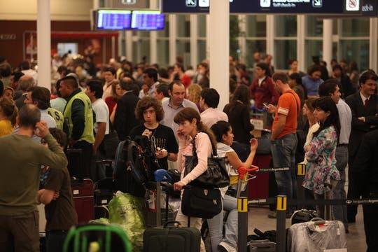 Hay pasajeros que hace más de 20 horas que esperan el el aeropuerto la salida de su vuelo. Foto: LA NACION / Soledad Aznarez