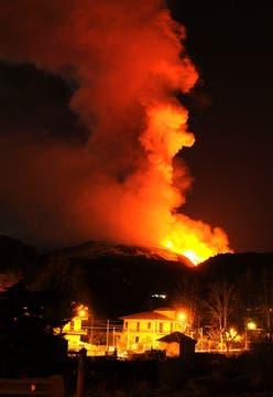 Espectacular río de lava provocado por la erupción del volcán Etna en Sicilia. Foto: EFE