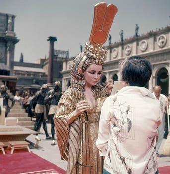 En 1962. Taylor, en un alto del rodaje de su emblemática película Cleopatra, se revisa el maquillaje.. Foto: AP