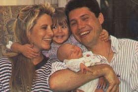 Tinelly, en los 80, junto a su ex mujer Soledad Aquino y sus hijas Micaela y Candelaria