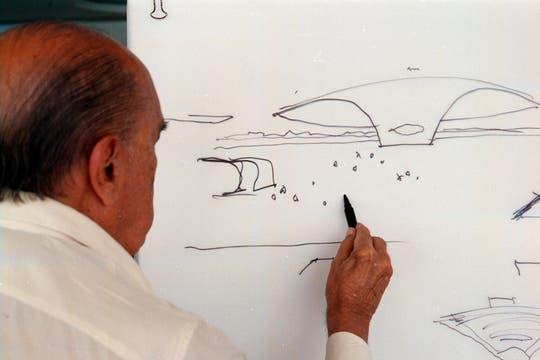Niemeyer cumplió 90 años y lo festejó realizando un nuevo boceto de otra construcción. Foto: Archivo