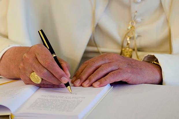 Detalle de El Anillo del Pescador, que utiliza el papa Benedicto XVI