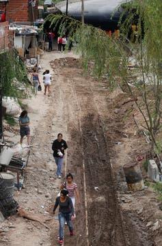 Las demoliciones continuaron pero ésta vez algunos habitantes de la villa impidieron el trabajo. Foto: LA NACION / Maxie Amena