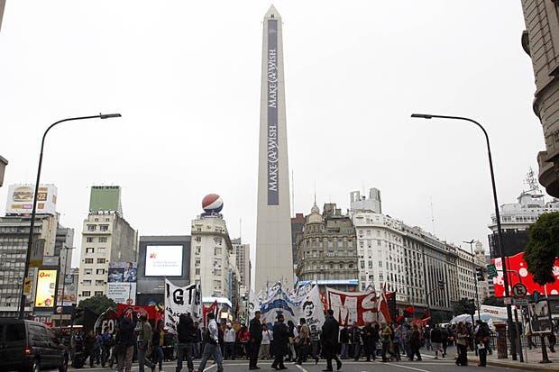 Manifestantes cortaron durante dos horas 9 de Julio y Corrientes en reclamo de trabajo