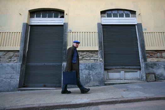 Galeano camina por las calles de Montevideo duranate una entrvista con LA NACION en agosto de 2008. Foto: Archivo / Federico Guastavino