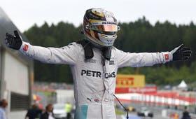 El gesto triunfal de Hamilton, un piloto agresivo en la pista