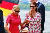 De la mano de Brigitte Trogneux, la primera dama francesa –que se inclinó por un minivestido de Louis Vuitton–, Juliana baja de un barco en el puerto de Hamburgo. Para esa ocasión, optó por una túnica estampada de Ménage à Trois y sandalias de Gianvito Rossi.