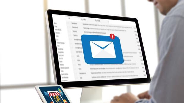 Un empleado envía un correo electrónico