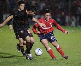 Torres y Spolli disputan el balón en un partido con pocas luces
