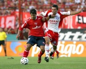 Un símbolo del partido: Simón Ramírez frena a Agüero; Argentinos bajó a uno de los punteros