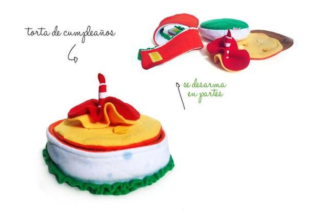 Una torta de tela para armar (Pergeniar, $70) pensada para jugar juegos de representación, la casita, el mercado, inventar historias..ideales para desarrollar el juego simbólico en chicos de 3 a 6 años.