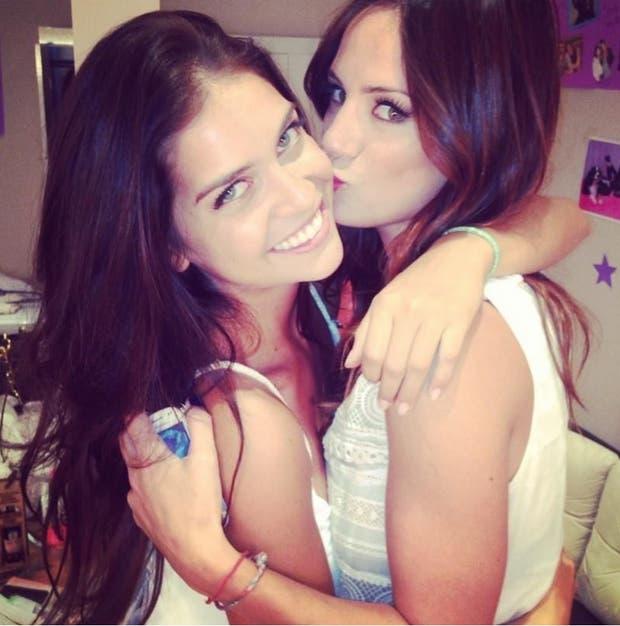 Con una de sus mejores amigas, Paulita Chavez, otra twittera fan.