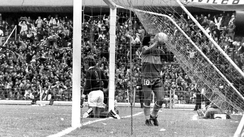 21-6-1981: amor eterno en la Bombonera, en un 4-0 ante San Lorenzo; el Flaco Cousillas sufrió al mejor Maradona, que metió uno de tiro libre y dio una asistencia. Foto: LA NACION