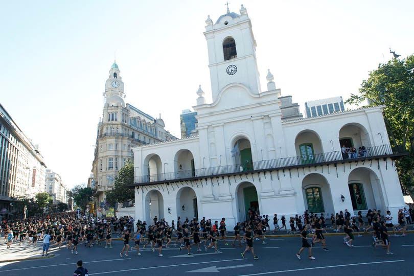 Las calles porteñas se inundaron de corredores. Foto: LA NACION / Rodrigo Néspolo