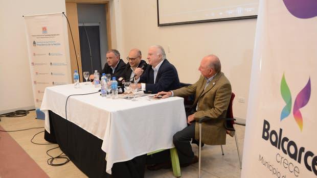 Autoridades y expositores, en la presentación