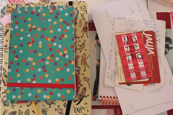 """Sector """"bardo"""", con cuadernos y la agenda del Almacén de Lou (<a href='http://almacendelou.blogspot.com.ar/'>http://almacendelou.blogspot.com.ar/</a>), una pila de tarjetas y algunas cosas más."""