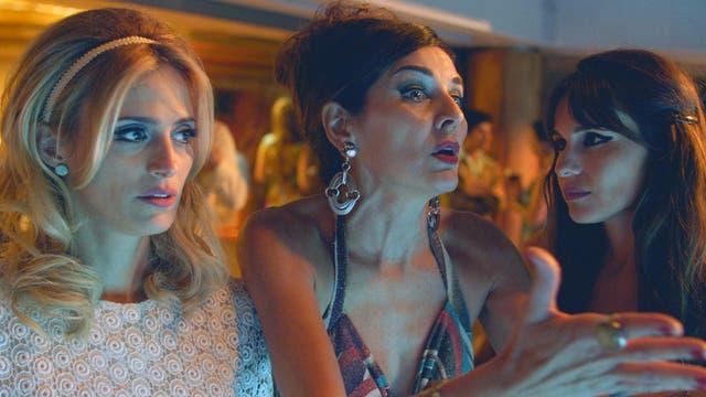 Pampita Ardohain, Mónica Antonópulos y Andrea Frigerio en una escena de la película Desearás al hombre de tu hermana