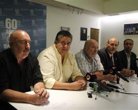 Los dirigentes nacionales de cuatro de las cinco centrales docentes anunciaron juntos ayer el paro del lunes