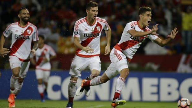 Martínez Quarta encabeza el festejo del tercer gol