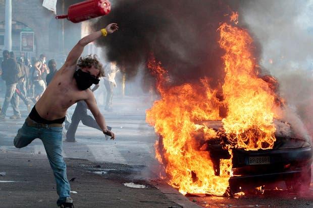 En Roma, un manifestante lanza un matafuego al cordón policial