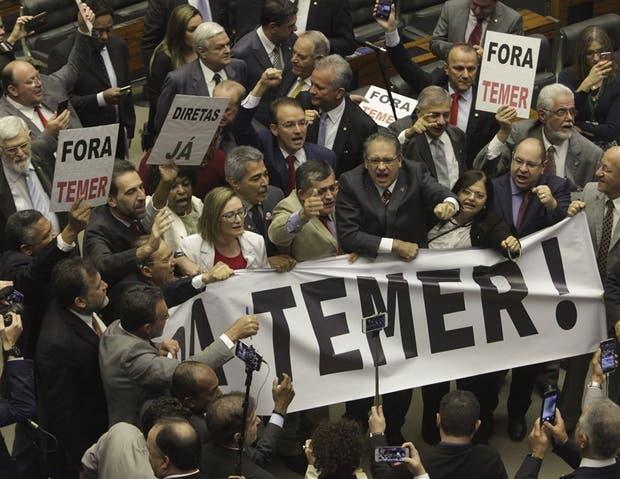 Diputados opositores pidieron ayer la salida del presidente