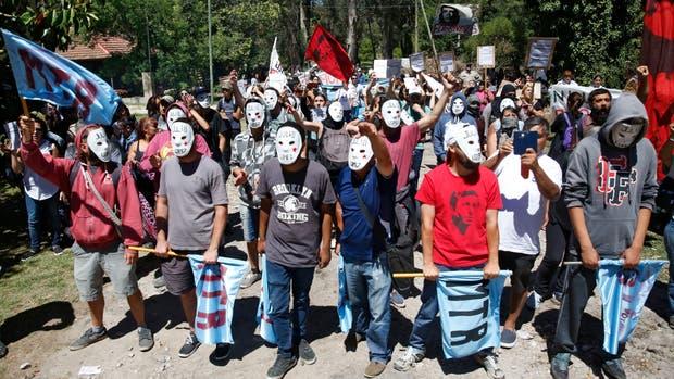 Manifestantes protestaron frente al domicilio del ex jefe de policía Miguel Etchecolatz